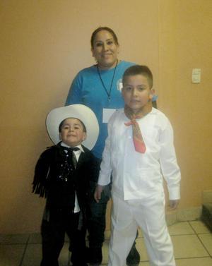 Santiago, Manuel y su Mami.