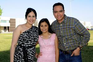 Daniela con sus padrinos: Alejandra y Guillermo.