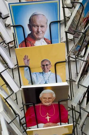 En los alrededores de la Plaza de San Pedro ya se venden imágenes del Papa Francisco.
