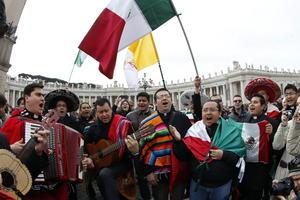 Fieles mexicanos se dieron cita en la Plaza de San Pedro en el Vaticano para el primer Ángelus del Papa Francisco.