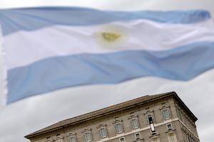 Banderas de Argentina ondearon por la plaza de San Pedro durante la aparición del Papa Francisco.
