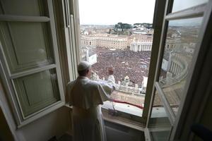 Jorge Mario Bergoglio contó a los fieles que ha elegido el nombre en honor de Francisco de Asís, el patrón de Italia, lo que refuerza sus relaciones con este país, ya que su familia procede del norte italiano.