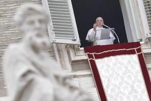 En la ventana del apartamento papal, donde todavía no vive, colgaba un dosel, a la espera de que elija el escudo de su pontificado.