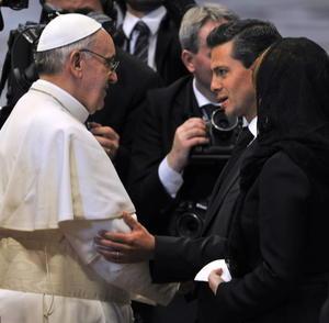 El presidente de México, Enrique Peña Nieto, intercambió un solideo blanco con el Papa Francisco, siguiendo una antigua tradición católica según la cual todo fiel que se acerque con esa indumentaria recibirá una similar de parte del Papa.