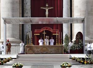 """Ante unos 200,000 fieles, según datos del Vaticano, el papa Bergoglio, que tras ser elegido pontífice pidió que no se caiga en el pesimismo, invitó hoy a los fieles a la esperanza, a pesar -dijo- de las """"nubes grises""""."""