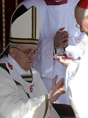 El cardenal protodiácono, el francés Jean Louis Tauran, el mismo que anunció su elección el 13 de marzo, fue el encargado de imponerle el Palio, antigua insignia episcopal.