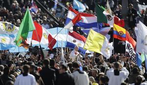 Fieles de distintas nacionalidades acompañaron al Papa Francisco en el inicio de su pontificado.