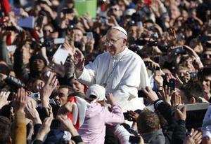 El pontífice dio varias vueltas entre vítores y aplausos en un día primaveral y soleado en Roma.