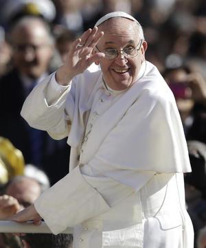 Antes de la celebración litúrgica, que coincidió con la festividad de San José, el Papa Francisco recorrió en papamóvil descubierto una abarrotada plaza de San Pedro.