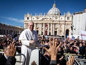 Francisco inauguró su pontificado con una declaración de intenciones y un mensaje de advertencia a los líderes del mundo reunidos en Roma: el verdadero poder es servir a los más necesitados.