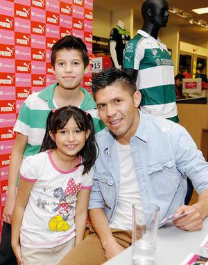Hermanos Regina y José Eduardo con el futbolista.