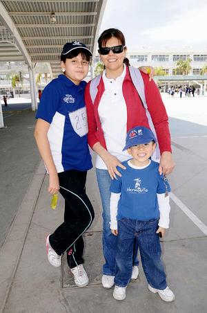 Carmen Martínez, Andrea y Eduardo Duarte Martínez.