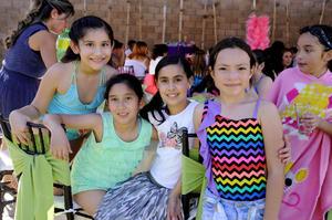 Amigas  y familiares de Fernanda disfrutaron de la celebración.
