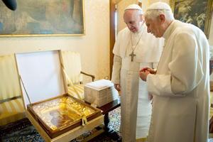 El papa Francisco regaló a Benedicto XVI un cuadro de la Virgen de la Humildad.