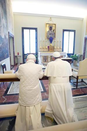 """Benedicto XVI le cedió el puesto de honor a Francisco y este lo rechazó diciéndole """"Somos hermanos"""", tras lo cual los dos juntos rezaron de rodillas en el mismo banco."""