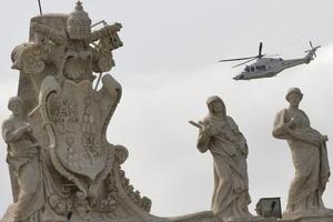 El papa Bergoglio partió del Vaticano a mediodía local en un helicóptero que aterrizó en el helipuerto de la residencia pontificia un cuarto de hora después.