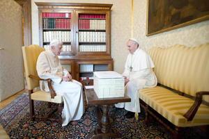 Por primera vez en la historia de la Iglesia, al menos desde que se tienen referencias escritas, un papa en plenos poderes y otro emérito se reunieron.