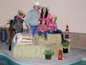 CARLOS  y Lissette con sus hijas Regina y Luciana.