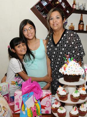 Silvia Franco junto a Karol y Lupita.