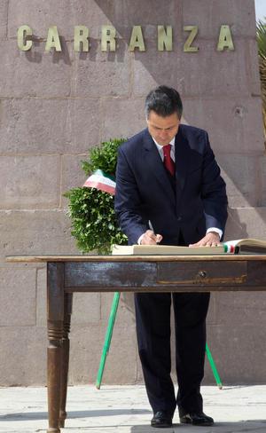El primer mandatario firmaó el libro de visitantes distinguidos
