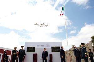El presidente Enrique Peña Nieto y asistentes al aniversario del Plan de Guadalupe observan el paso de aviones de la Fuerza Aérea sobre la Hacienda de Guadalupe, donde en 1913 Venustiano Carranza desconoció al gobierno de Victoriano Huerta.