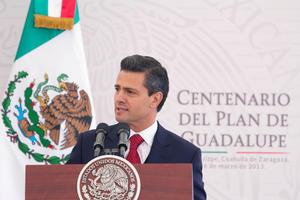 El presidente Enrique Peña Nieto sostuvo que hoy la lucha de los mexicanos no es por liberar a México de un usurpador, sino por liberarlo de los obstáculos que frenan su desarrollo y limitan su potencial.