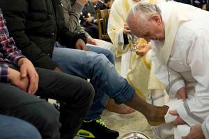 El Papa Francisco lavó los pies de 12 jóvenes internos del Instituto de Casal de Marmol, repitiendo simbólicamente el gesto de Jesús con sus apóstoles en el curso de la misa de la última cena, el Jueves Santo.