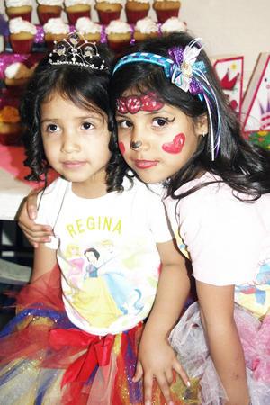 María Regina  cumplió cuatro años, la acompaña su hermanita Renata.