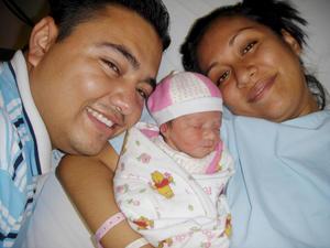 Francisco  y Perla muy contentos al recibir a su primera hija Emily Castro Sifuentes.