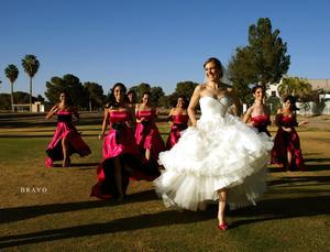 Carla Azucena  divirtiéndose al máximo el día de su boda en compañía de sus distinguidas damas de honor.- Bravo Fotografía