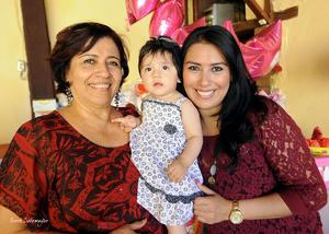 NATALIA  junto a su abuelita Mercedes Hernández y su madrina Paola Silva.