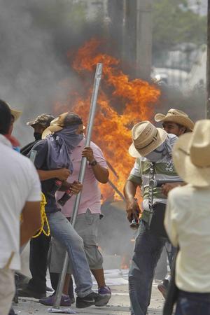 Aguirre anunció que se giraron órdenes de aprehensión contra Juárez y Morán por ataques a vías de comunicación, motín y daños al patrimonio del Estado.