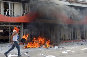 También irrumpieron en las oficinas de la contraloría de la Secretaría de Educación Pública estatal, donde incendiaron mobiliario y documentos.