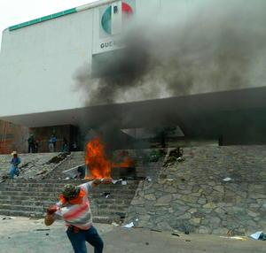 A la sede priista le prendieron fuego provocando severos daños al inmueble.