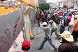 Integrantes del CETEG golpearpn puertas y ventanas del edificio del Sol Azteca.
