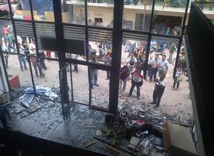 Embozados y armados con palos y tubos, los maestros causaron destrozos en las sedes de los comités estatales del PAN, PRD y Movimiento Ciudadano en Chilpancingo y después le prendieron fuego al edificio del PRI.