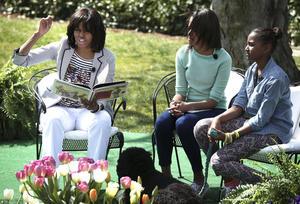 """""""Niños, coman verduras"""", pidió Michelle Obama antes de que la familia presidencial departiera entre la multitud. La esposa de Obama y las hijas de ambos, Malia y Sasha, también leyeron libros."""