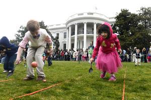El Jardín Sur de la Casa Blanca se convirtió en un caleidoscopio de colores mientras los niños y niñas jugaban entre música de programas infantiles.