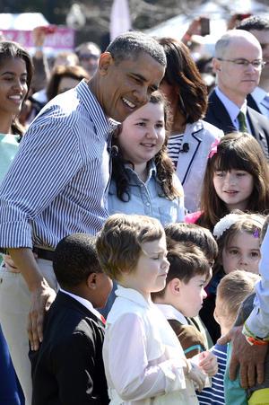 En mangas de camisa y bajo el sol primaveral que lució hoy en la capital estadounidense, Obama se mezcló entre los más pequeños para dirigirles e incluso jugar con ellos en las múltiples actividades dispuestas alrededor de las dependencias presidenciales, además de la famosa carrera.