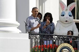 Al presidente le acompañaron, tanto en el balcón de la Casa Blanca como paseando por los jardines, su esposa, Michelle, sus hijas, Malia y Sasha, el perro familiar, Bo, y un conejo blanco de Pascua de dimensiones humanas, con quien el presidente se mostró muy amistoso.