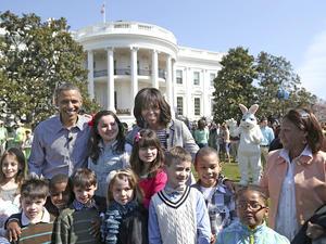 Más de treinta mil personas, en su mayoría niños, acudieron a los jardines de la Casa Blanca para celebrar, junto al presidente Barack Obama y su familia, la carrera anual de los huevos de Pascua, una tradición que se remonta al siglo XIX.
