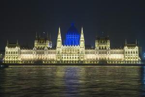 El domo del edificio del Parlamento húngaro fue iluminado de azul durante la conmemoración del Día de Conciencia Sobre el Autismo, junto al río Danubio en Budapest.