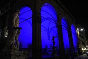 """Vista del salón """"Dei Lanzi"""" iluminado de azul durante la conmemoración del sexto Día de Conciencia Sobre el Autismo en Florencia (Italia)."""