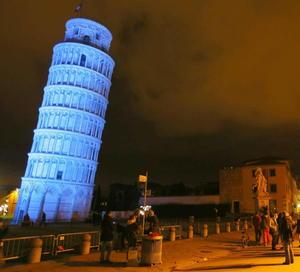En Italia, la torre de pisa lució de color azul para concientizar acerca del autismo en su día.