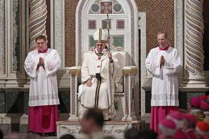 Una vez que el papa estuvo sentado en la cátedra como obispo de Roma, comenzó el rito de obediencia por parte de algunos vicarios y representantes de diversos estamentos, párrocos, frailes, monjas y familias de la diócesis romana.