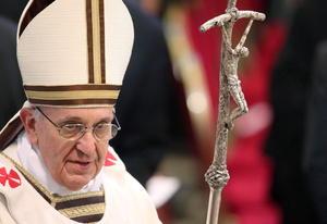 El papa portó la cruz pastoral de Juan Pablo II, que antes había pertenecido a Pablo VI, y la misma mitra y casulla blancas con sencillas líneas marrones y doradas que usa en todas las ceremonias.