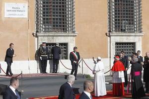 Media hora antes de que comenzara la ceremonia, el papa en compañía del alcalde de Roma, Gianni Alemanno, asistió al acto de dedicatoria de una plaza próxima a la basílica a Juan Pablo II, descubriendo además una placa con el nombre del pontífice polaco, que Francisco aplaudió y bendijo.