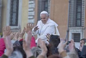 Francisco se trasladó en el papamóvil a San Juan de Letrán y en el recorrido fue saludado por una multitud que le lanzaba flores y le elevaba a los niños para que los bendijera.