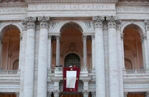 El papa Francisco tomó posesión de la cátedra de obispo de Roma en una abarrotada basílica de San Juan de Letrán, la catedral de la capital italiana, en una ceremonia que estuvo precedida por la dedicatoria a Juan Pablo II de una plaza próxima al templo.