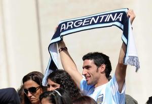 Un creyente argentino muestra una bufanda de su selección nacional de fútbol mientras el papa Francisco preside la audiencia general de los miércoles en la Ciudad del Vaticano.